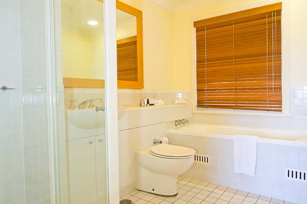 large hotel bathroom in 3 bed apartment hunter valley nsw