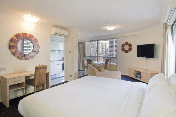 4 star Hyde Park hotel Sydney CBD with queen size bed and flat screen television