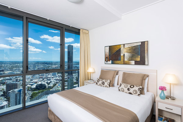 family friendly 3 bedroom apartment with queen size bed and views out window of Brisbane River and city centre