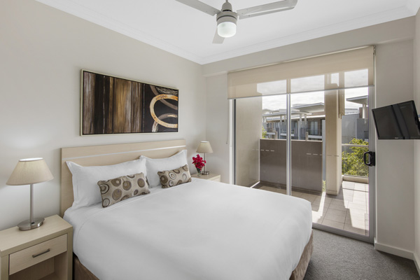 Oaks Mews hotel near Bowen Hills TAFE 3 bedroom apartment with balcony, television and ceiling fan