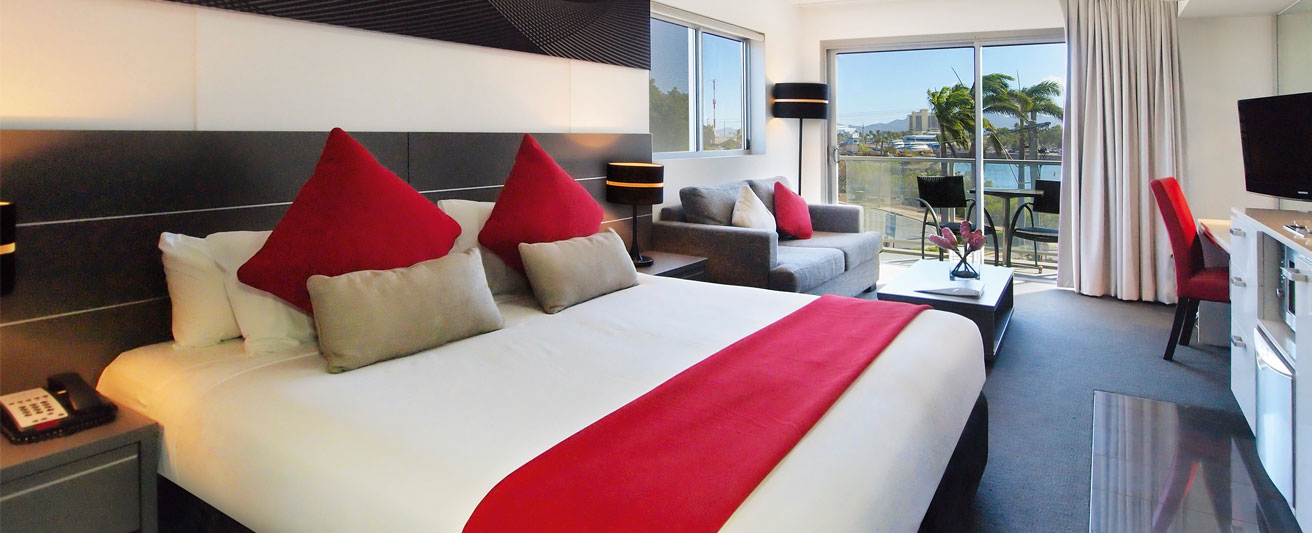 large, air conditioned bedroom with Wi-Fi and comfortable queen size bed at Oaks M on Palmer hotel in Townsville