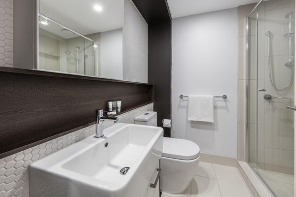 1 bedroom apartments clean en suite bathroom with clean towels, toilet and disabled access shower at Oaks Southbank hotel in Melbourne city