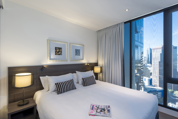 Hotels Southbank with comfortable double bed clean sheets and pillows in air conditioned 2 Bedroom Apartment in Melbourne city with large windows