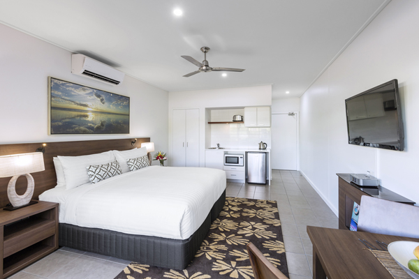 big bedroom with double bed in hotel Studio apartment with Foxtel on TV, Wi-Fi access and air conditioning in Broome, Western Australia