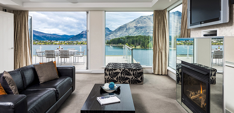 beautiful 2 bedroom family friendly holiday apartment on Lake Wakatipu in Queenstown with free Wi-Fi access, air conditioning, heating, fireplace and satellite TV at Oaks Club Resort