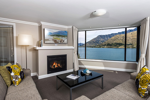 3 Bedroom Holiday Apartment living room with Wi-Fi, Sky News TV and at Oaks Shores hotel in Queenstown, New Zealand